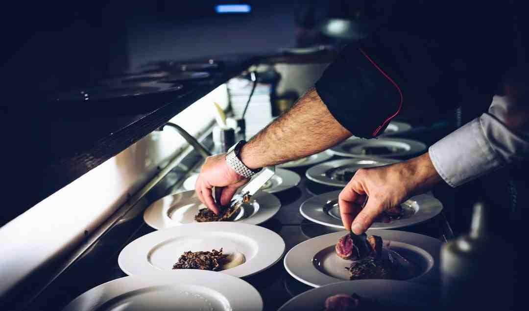 Comment être un bon hôte ou une bonne hôtesse d'accueil dans un restaurant
